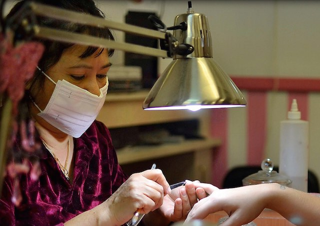 nail-salon-worker-face-mask-CC-rbatina