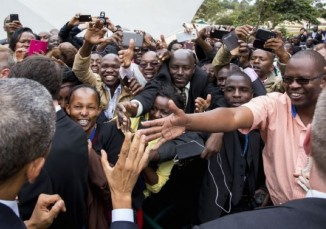 Africans reach for obama's hand-Kenya-WH-Pete Souza