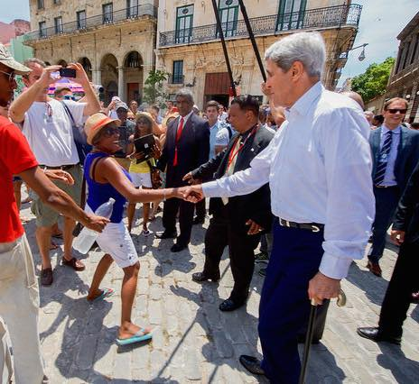 John-Kerry-greets-tourist-in-Havana-StateDept-426px