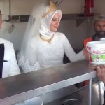 turkish wedding couple serve food-youtube