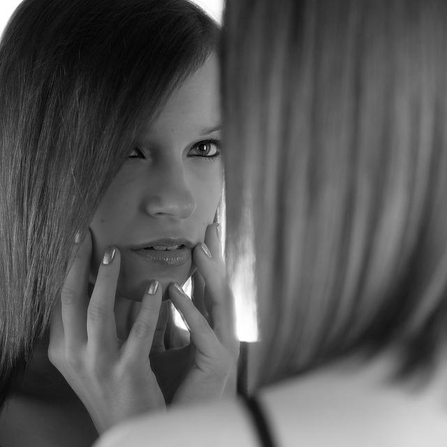 girl-looking-in-mirror-CC-Salvaje