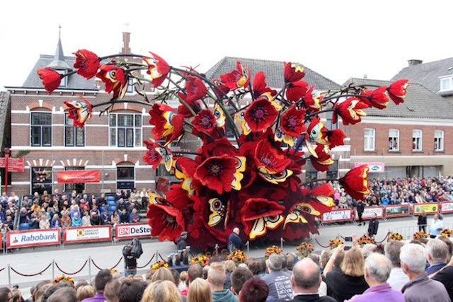 red-flowers-parade-float-Werner-Pellis-released