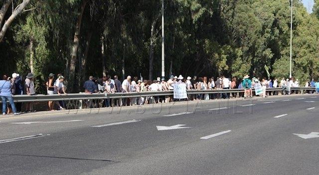 Givat Haviva-line-of-peace-demonstrators-FB-watermark-bukjaDOTnet
