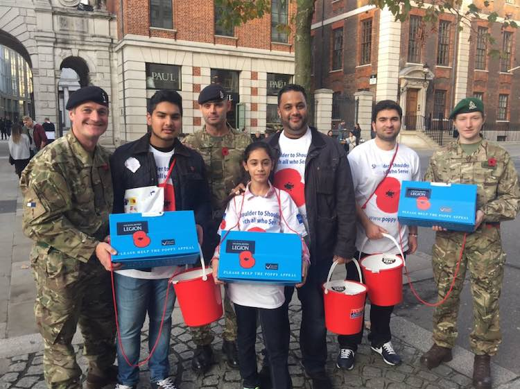 poppy-appeal-Muslim-with-soldiers-Twitter-AhmadiyyaMuslimYouthAssociation