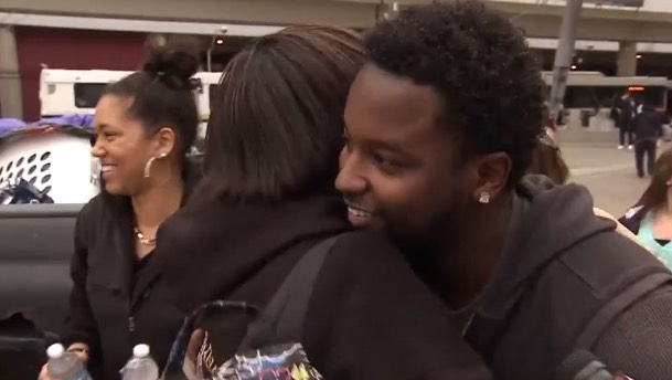 young man gives hug food to homeless-KTVUvideo