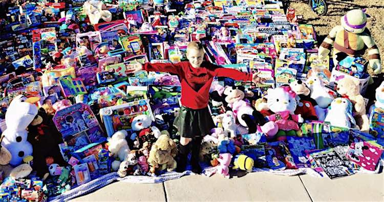 Christmas Presents For 8 Year Olds Girl.8 Year Old Girl Delivers 1 300 Toys To Fellow Cancer