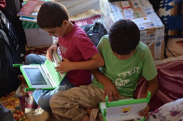 refugee-kids-laptops-CC-adlogi