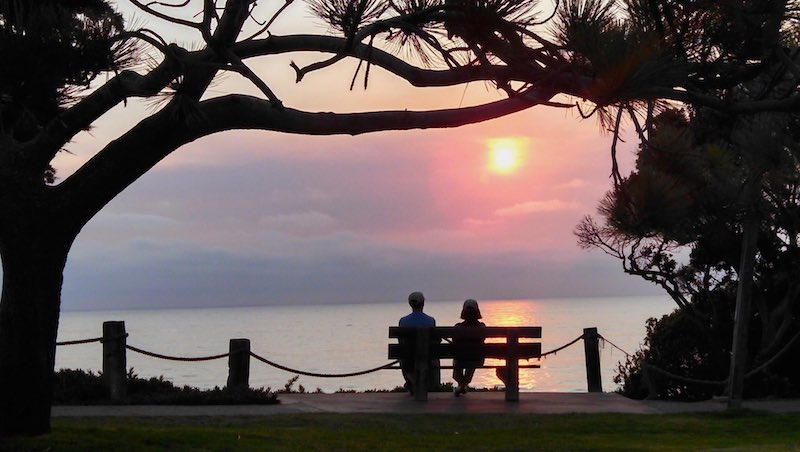 SeaGroveSunset-couple-bench-cc-Mojo-800px
