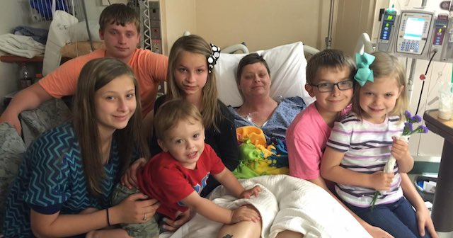 mom in hospital with 6 kids-family-photo-BethLaitkep