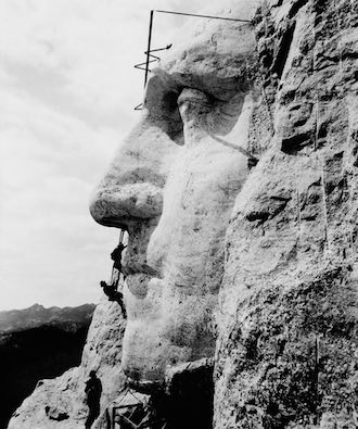 mount-rushmore-workers-carving