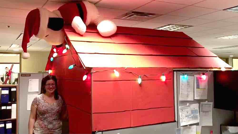 Good Grief Woman Turns Office Cubicle Into Snoopy S