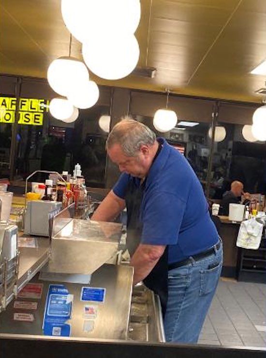 When Young Waffle House Worker Was Left Alone to Run Entire Restaurant, Empathetic Customers Jump In to Help