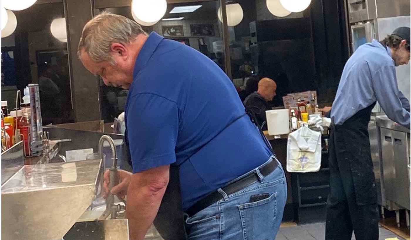 Waffle House Worker Left Alone To Run Restaurant, Customers Jumped In To Help